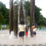 夏季には、中央広場の噴水で水遊びが楽しめます