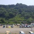田代運動公園前の中津川河川敷 駐車場でBBQを楽しむ人も