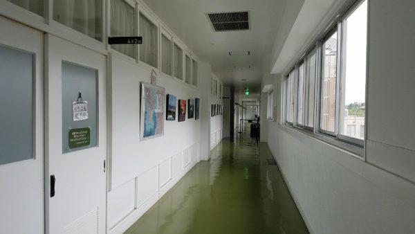 懐かしさが残る小学校の廊下