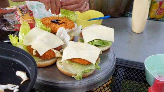 キャンプの朝ご飯はハンバーガー